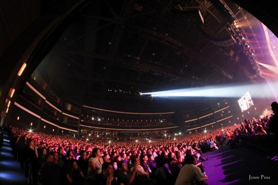 Arjona actuó ante un lleno casi total en el teatro Nokia.