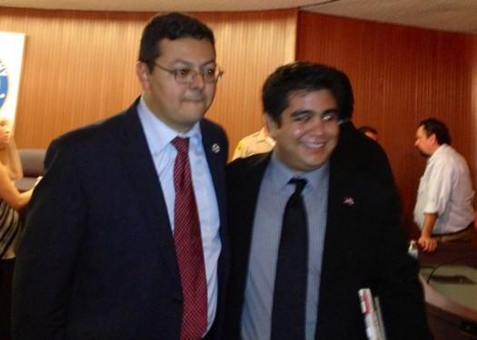 El alcalde de Cudahy, Jack Guerrero felicita al nuevo concejal, Cristian Markovich
