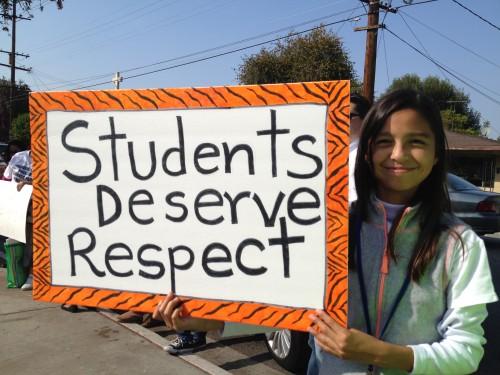 Una alumna de la escuela Theresa Hughes sostiene un cartel donde exige respeto para los estudiantes. Foto: Bertha Rodríguez/Latinocalifornia.com