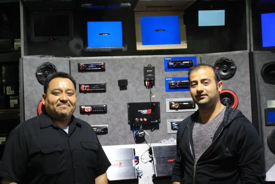 El empresario Adam Razipour (d) emplea a más de 40 trabajadores latinos. Ricardo Gómez, es administrador general del negocio desde hace 16 años.