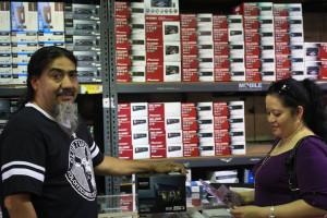 Luis León (i) es uno de los fieles clientes de los almacenes desde 1998.