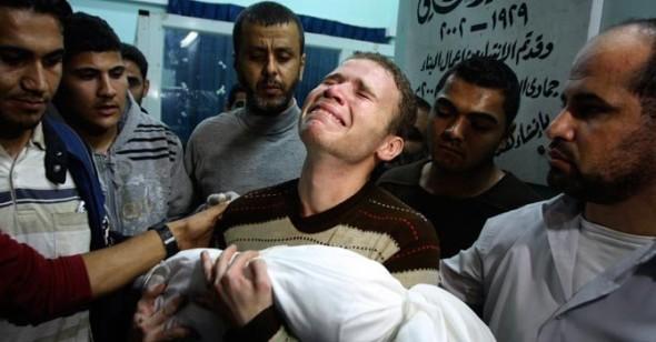 Un padre palestino llora la muerte de su pequeño durante un ataque israelí a la Franja de Gaza. Foto; isssc.az.