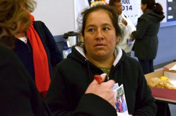 Alejandra Padilla consulta a una especialista sobre cómo llenar las formas para obtener seguro médico. Foto: Eduardo Stanley.