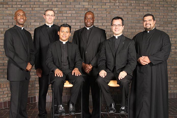Grupo de nuevos sacerdotes en la Arquidiócesis de Atlanta. El padre Rey Pineda (sentado, izq.) es beneficiario de DACA, y como miles de jóvenes su caso corre peligro durante el gobierno de Donald Trump. Foto: Tomada de internet.
