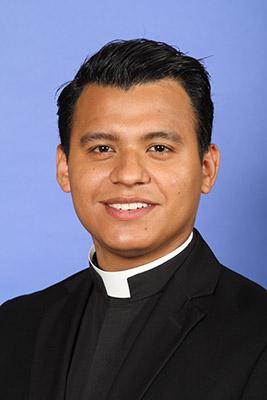El Padre Rey Pineda nació en Guerrero, México. Sus padres lo trajeron a Estados Unidos cuando él tenía 2 años de edad.