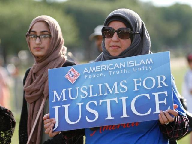 Una mujer musulmana sostiene un cartel en el que se lee Musulmanes por la Justicia. La nueva versión del veto a países de mayoría musulmana de entrar a Estados Unidos no cambia en mucho. Foto: Tomada de internet.