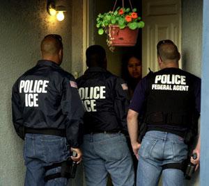 Tres agentes de ICE interrogan a una persona al frente de su casa. Una de las recomendaciones a los inmigrantes es no abrirles la puerta. Foto: Tomada de internet.