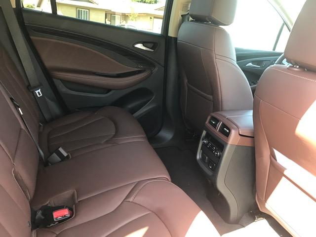 Tanto los asientos delanteros como los traseros son sumamente espaciosos y cómodos.