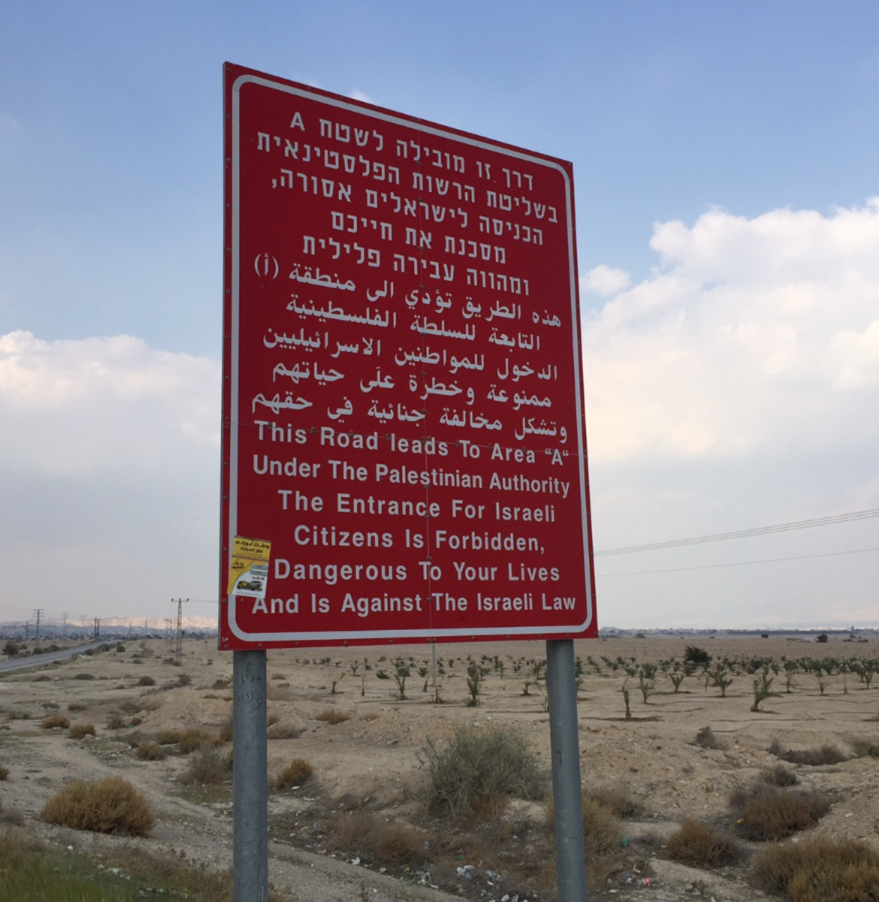 Señalamiento que advierte a los israelíes que no pueden entrar a territorios dominados por los palestinos. Foto: Aurelia Fierros.