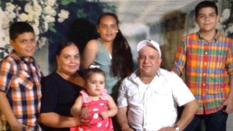 Maribel Trujillo, con su hija menor en las piernas, en una foto de familia. Las autoridades migratorias la deportaron a México este miércoles 19 de abril. Foto: Tomada de internet.