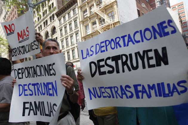 Manifestantes portan carteles en los que piden alto a las deportaciones, durante una reciente protesta en Estados Unidos. Foto: Tomada de internet.