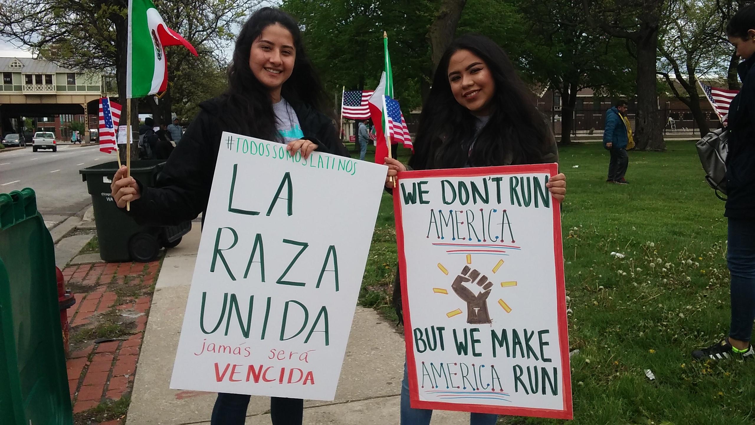 Dos jóvenes inmigrantes envían un mensaje al actual gobierno de Estados Unidos durante la marcha del 1 d Mayo en Chicago. Foto: David Torres.
