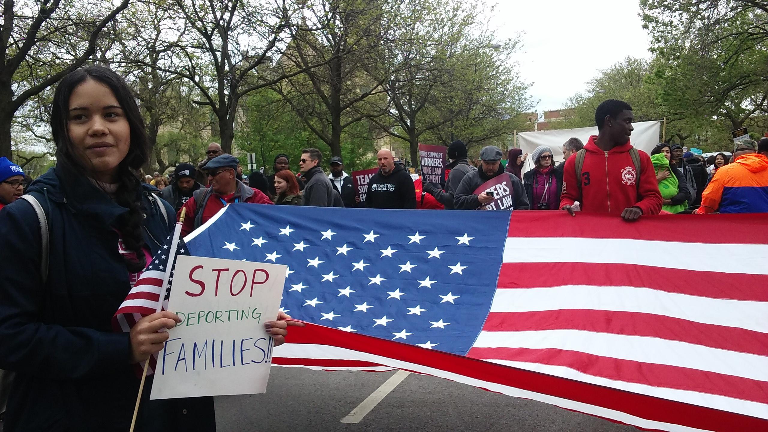 Manifestantes portan la bandera de Estados Unidos durante la marcha pro inmigrante del 1 de Mayo en Chicago. Foto: David Torres.