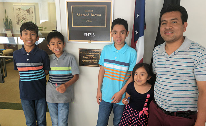 Jesús Lara López (der.) junto a sus cuatro hijos que está a punto de dejar de ver si se hace efectiva su deportación en julio. Foto: Lynn Tramonte.