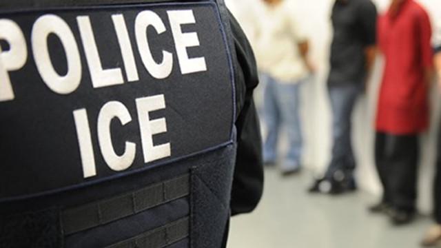 Un agente de ICE custodia a un grupo de inmigrantes detenidos. Foto: Tomada de internet.