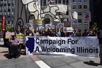 Grupo de activistas muestra una manta en favor de la Ley de Confianza de Illinois, recientemente en el centro de Chicago. Foto: Tomada de internet.