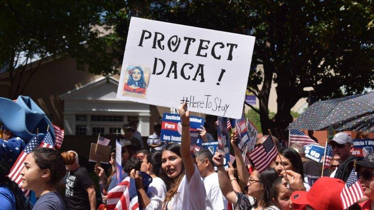 Una manifestante sostiene un cartel en el que pide proteger el programa de Acción Diferenciada para Quienes Llegaron en la Infancia (DACA).  Foto: Tomada de internet.