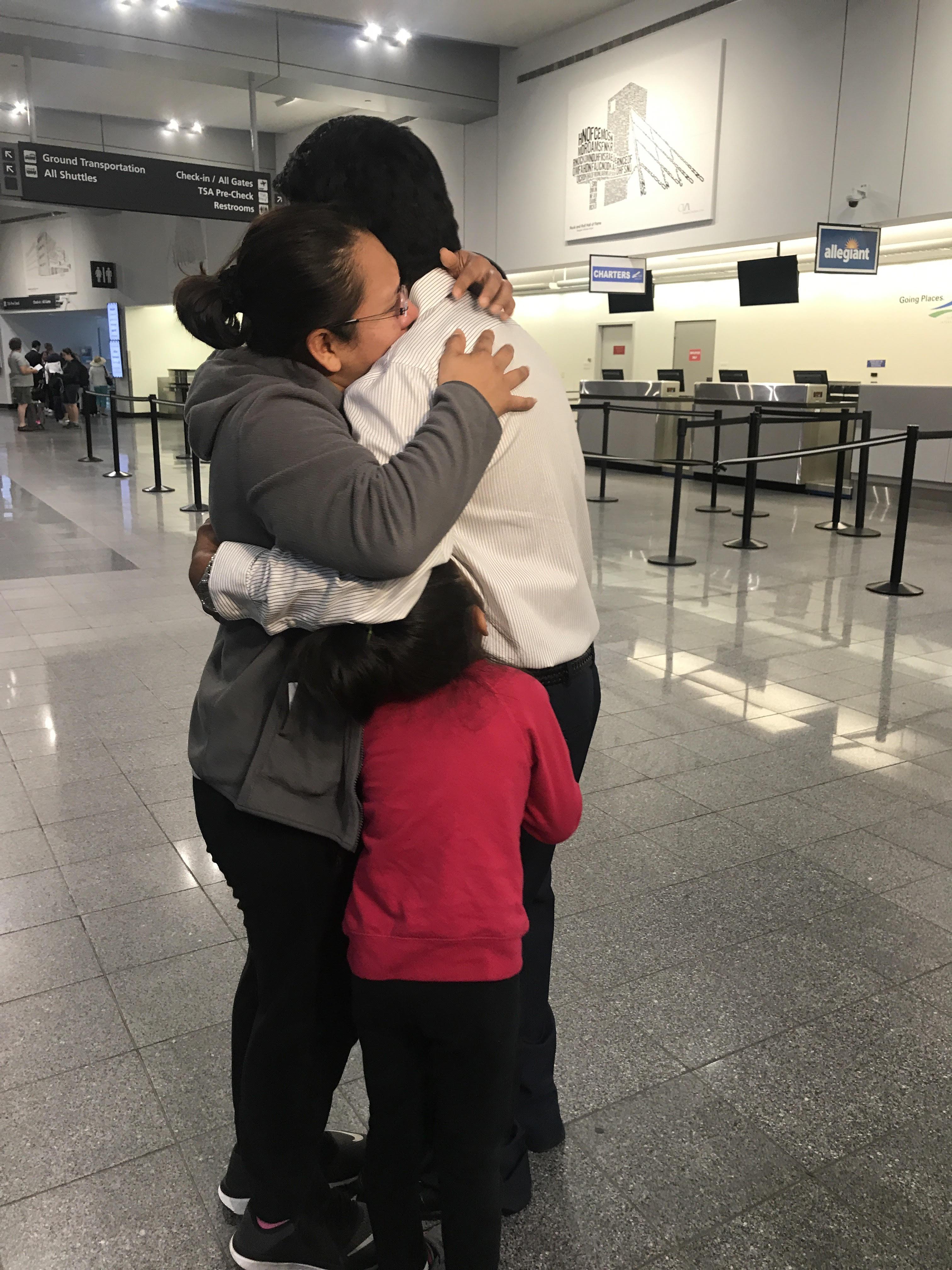 Jesús Lara se abraza a su esposa, mientras su hija Elsiy se mantiene junto a él también abrazándolo con tristeza, momentos antes de abordar el avión en el aeropuerto de Cleveland, Ohio, para ser deportado a México. Foto: Juan Escalante/America's Voice.