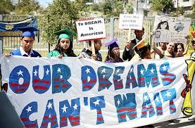 Un grupo de Dreamers porta una manta en la que señalan que sus sueños no pueden esperar. La lucha de los jóvenes que llegaron a Estados Unidos cuando eran niños no se detiene. Foto: Tomada de internet.