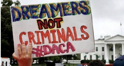 """Un manifestante levanta un cartel en Washington, DC, en el que se lee: """"Los Dreamers no son delincuentes"""". Foto: Tomada de internet."""