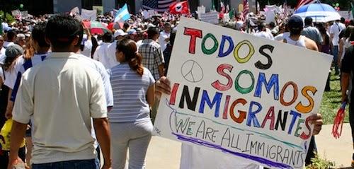 Un manifestante porta un cartel que define por completo a estados Unidos como país de inmigrantes. Foto: Tomada de internet.