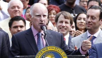 El gobernador de California, Jerry Brown, se ha distinguido por sus políticas pro inmigrantes. Foto: Tomada de intermet.