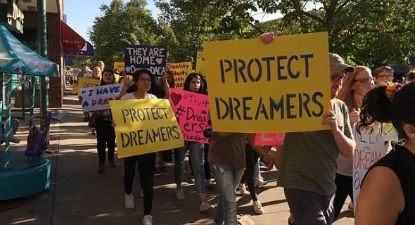 El apoyo a los Dreamers aumenta al paso de los días, no solamente a través de marchas en todo Estados Unidos, sino de apoyo financiero por parte de empresas y donantes para pagar la cuota de renovación. Foto: Tomada de internet.