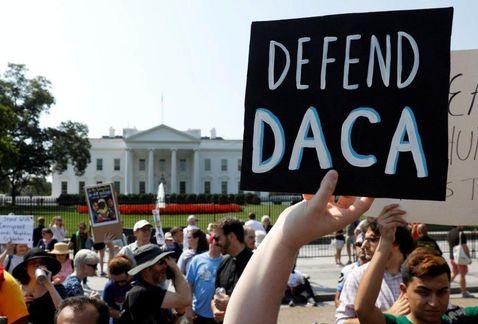Un grupo de manifestantes protesta frente a la Casa Blanca en Washington, DC, en defensa de DACA. Foto: Tomada de internet.