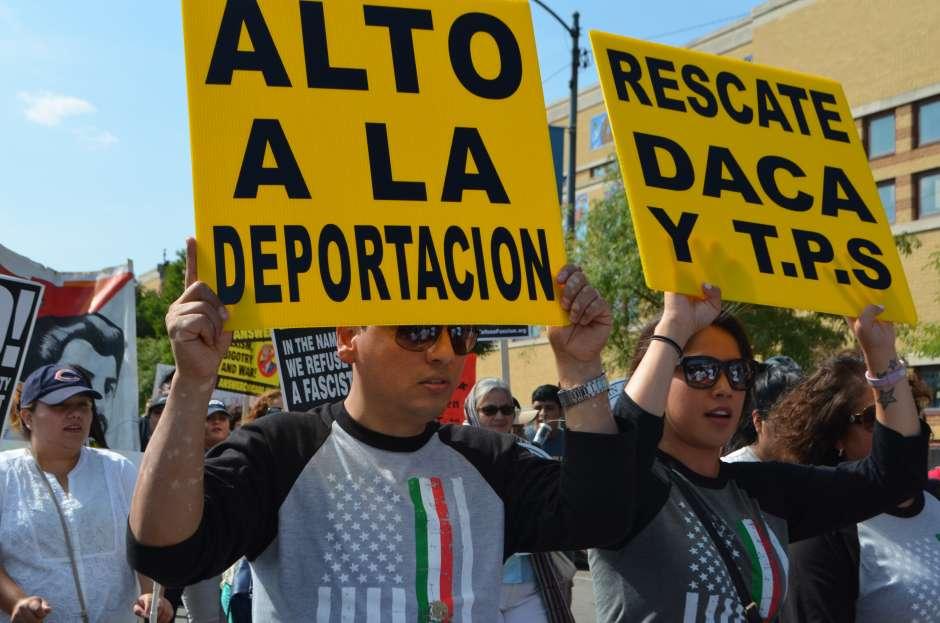 Manifestantes levantan carteles en defensa de DACA y contra las deportaciones. Foto: Tomada de internet.