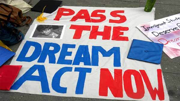 """Una manta sobre el piso dice """"Aprueben el Dream Act ahora"""", como parte de la serie de esfuerzos en favor de los Dreamers en esta semana en que se vence el plazo para la renovación. Foto: Tomada de internet."""