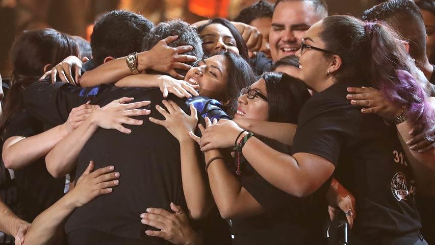 """Un grupo de 30 Dreamers se divierte en un abrazo con el cantante Alejandro Sanz tras interpretar un coro la canción """"Corazón partío"""", uno de sus más grandes éxitos, durante la entrega de premios Latin Grammy en Las Vegas.  Foto: Tomada de internet."""