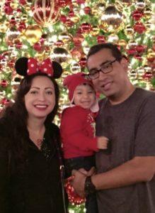 Ana y Fernando Romero con una de sus pequeñas hijas. Foto: Cortesía de Ana Romero.