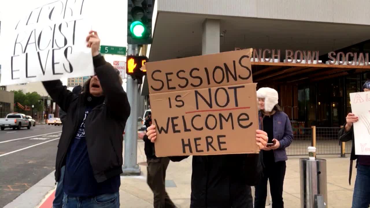 Manifestantes protestan contra la visita del Fiscal General, Jeff Sessions, a Sacramento, California, donde hizo el anuncio oficial de la demanda contra el estado por las leyes que protegen a los inmigrantes como estado santuario. Foto: Tomada de internet.