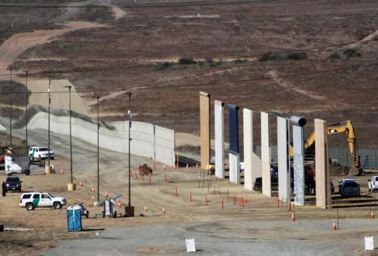 Prototipos del muro fronterizo. Foto; Facebook.