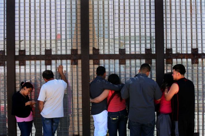 Un grupo de inmigrantes se encontró en un tramo de la valla fronteriza entre México y Estados Unidos.  Foto: Tomada de internet.