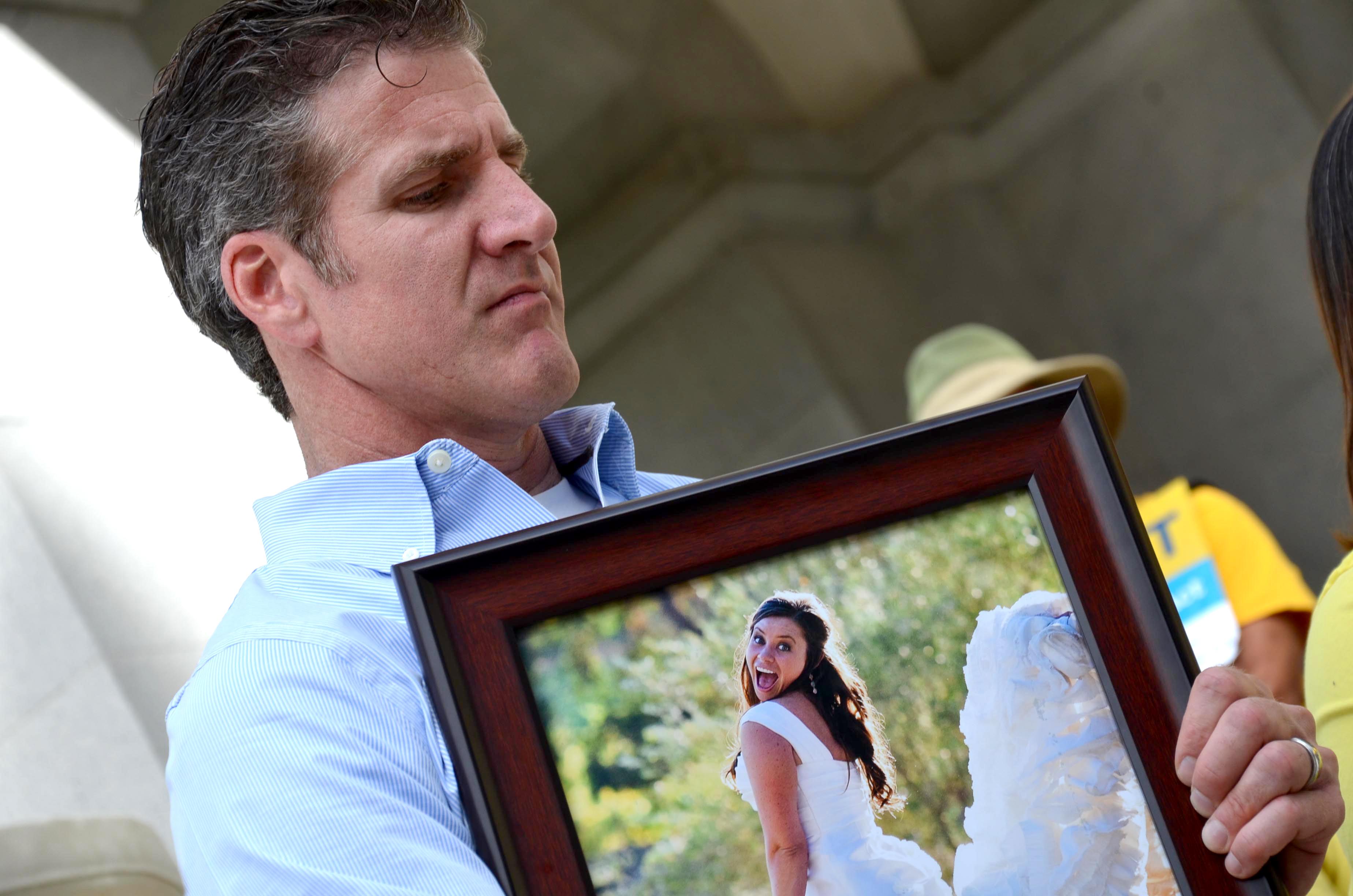 Dan Díaz, uno de los principales defensores de la Ley de Opción de Fin de Vida, con la foto de su fallecida esposa.