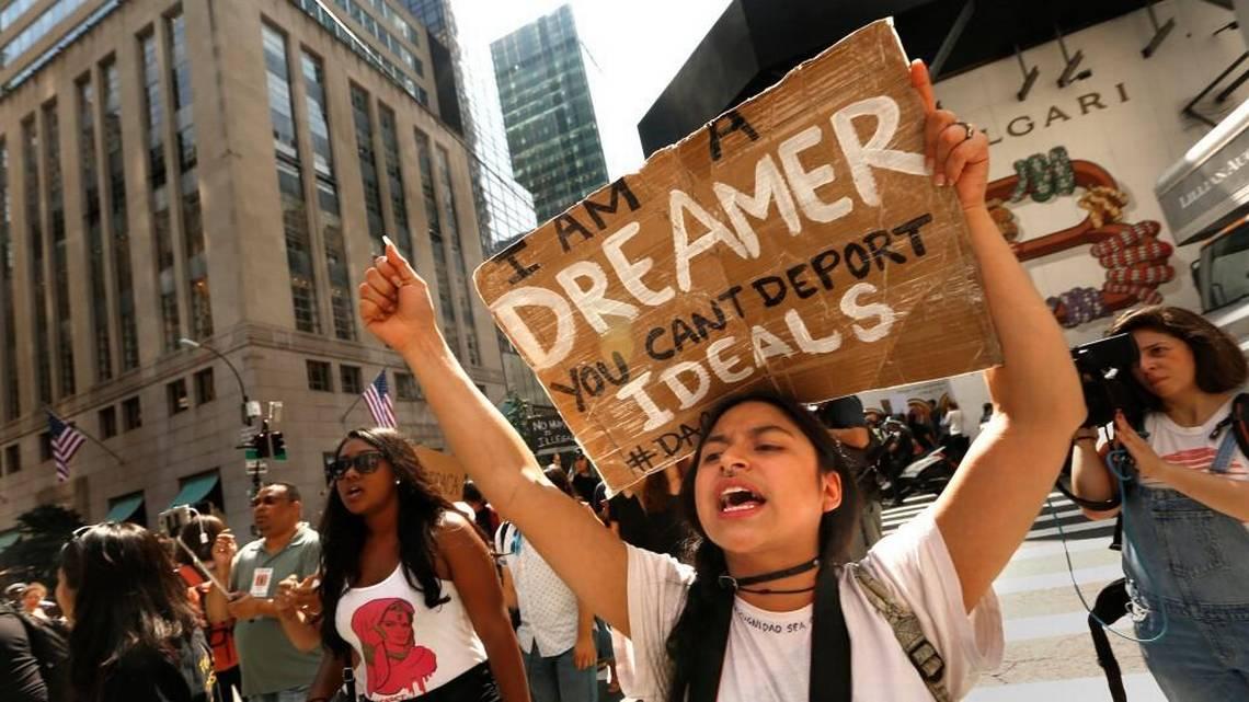 """Una joven Dreamer sostiene un cartel durante una manifestación en el que se lee """"Soy Dreamer, no pueden deportar los ideales"""". Foto: Tomada de internet"""