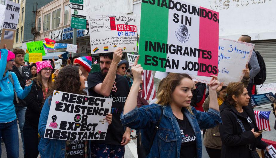 Un grupo de manifestantes protesta contra Donald Trump durante una marcha pro inmigrante. El presidente de EEUU ha subido de tono sus insultos. Foto: Tomada de internet.