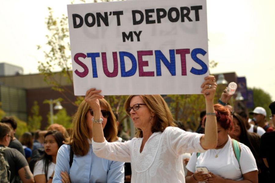 Una profesora sostiene un cartel en el que pide que no deporten a sus alumnos, durante una manifestación en Denver. Foto: Tomada de internet.