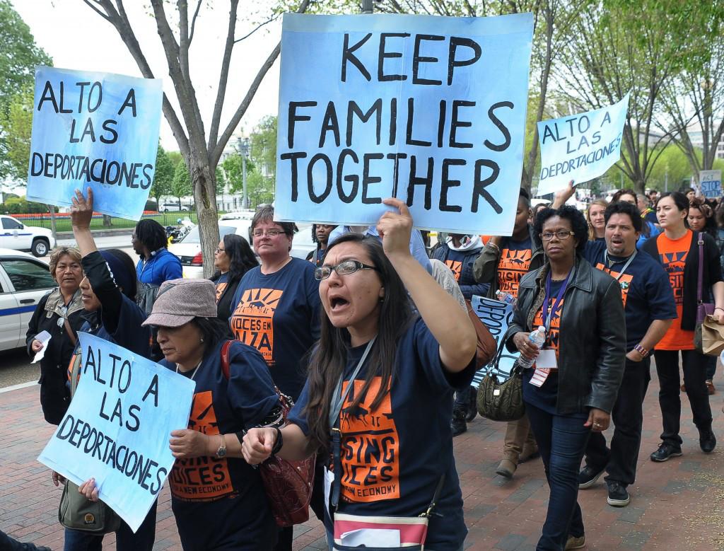 Un grupo de manifestantes protesta contra la separación de familias inmigrantes, durante una reciente marcha e Estados Unidos. El clamor aumenta al paso de los días. Foto: Tomada de internet.