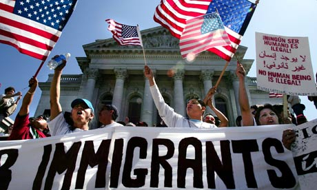 Un grupo de manifestantes aboga por la permanencia de los inmigrantes en Estados Unidos, que alguna vez fue considerado el faro de luz y de esperanza para millones de personas en el mundo. Foto: Tomada de internet.