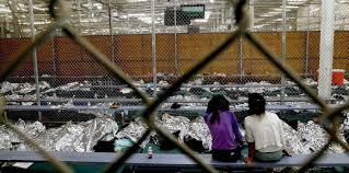 Un grupo de menores migrantes permanece en un centro de detención en Estados Unidos. La separación de niños de sus padres al cruzar la frontera ha creado una crisis humanitaria que el gobierno de Trump aún no puede resolver. Foto: Tomada de internet.