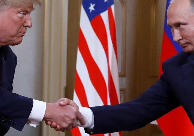 El presidente de Estados Unidos, Donald Trump (izq.) estrecha la mano del mandatario ruso, Vladimir Putin, durante su reunión en Helsinki. Foto: Tomada de internet.