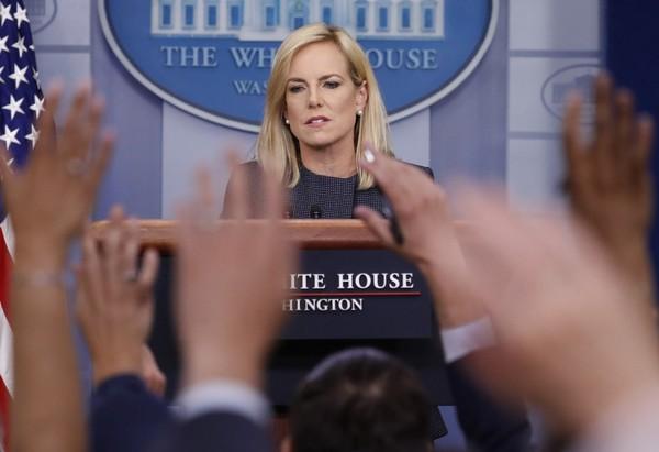 La Secretaria del Departamento de Seguridad Nacional, Kirstjen Nielsen, durante una conferencia de prensa en la Casa Blanca. Se le responsabiliza por el abuso a menores en custodia de ICE. Foto: Tomada de internet.