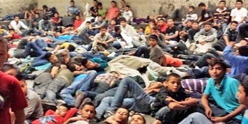 Grupo de menores centroamericanos detenidos en Estados Unidos en un albergue tras cruzar la frontera. Foto: Tomada de internet.
