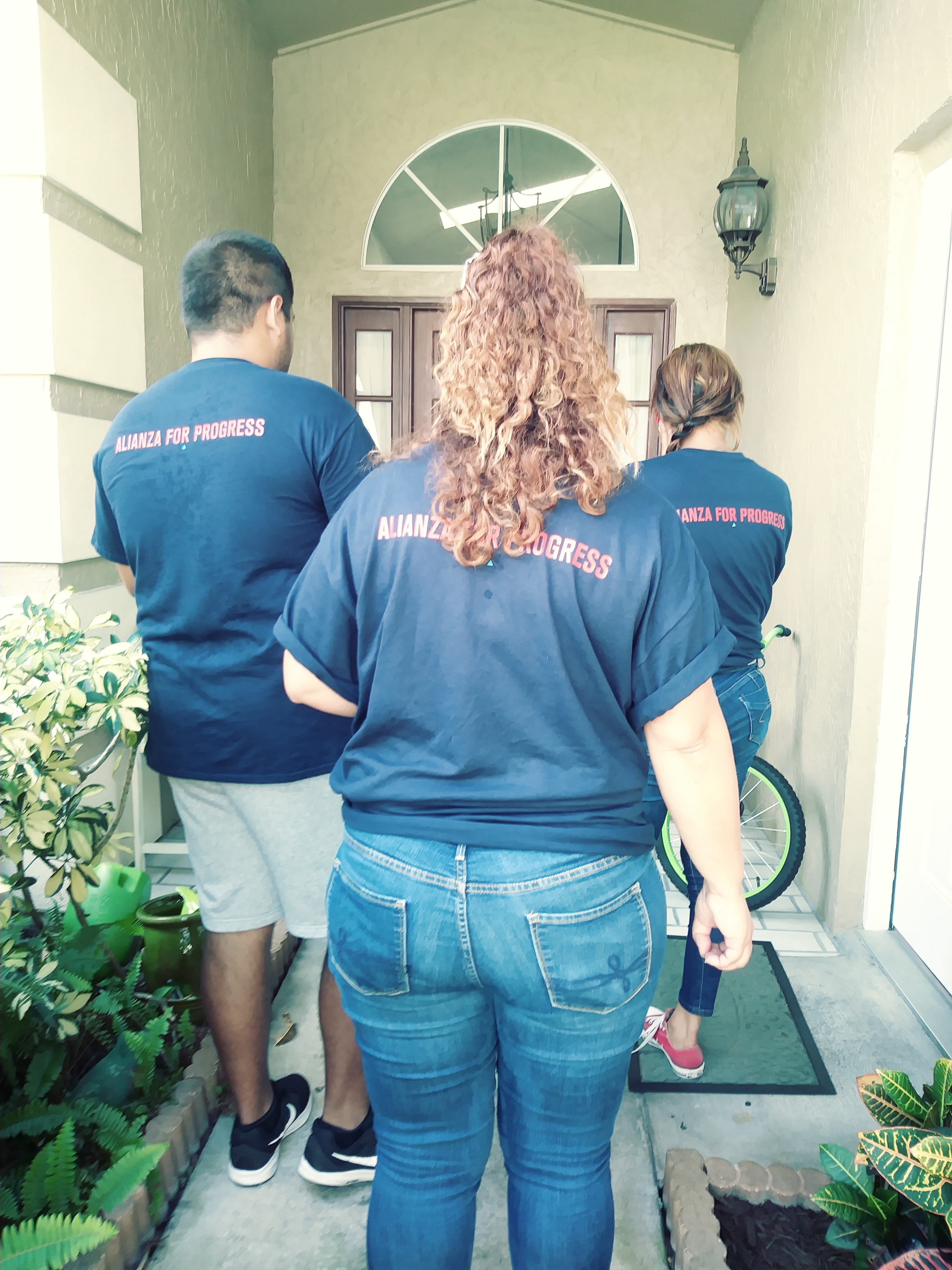 Jóvenes promotores del voto tienen la misión de tocar 100 mil puertas en Kissimmee, Florida. Foto: David Torres/America's Voice