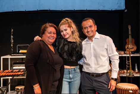 La cantante Sofía Reyes, al centro, con la directora del plantel