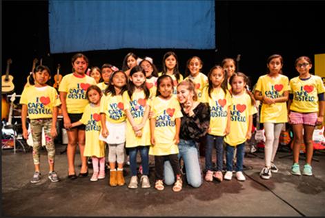 La cantante Sofía Reyes con los emocionados estudiantes del la escuela