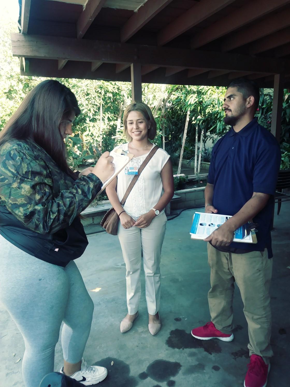 Jovanny Álvarez y Sandra Vivian Quiroz logran convencer a una joven del condado de Orange sobre la importancia de registrarse para cuando llegue la hora de votar. Fotos: David Torres/America's Voice