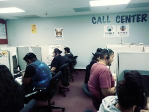 La Coalición por los Derechos Humanos de los Inmigrantes (CHIRLA) tiene instalado un centro de llamadas para entrar en contacto con potenciales votantes, a fin de convencerlos sobre la necesidad de registrarse y ejercer el derecho a sufragar. Foto: David Torres/America's Voice